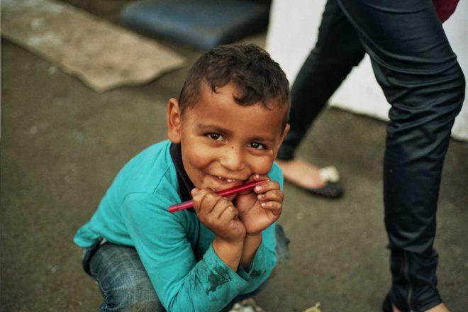 Enfant jouant dans la boue