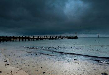 Le monde en gris et bleus sous le ciel Normand