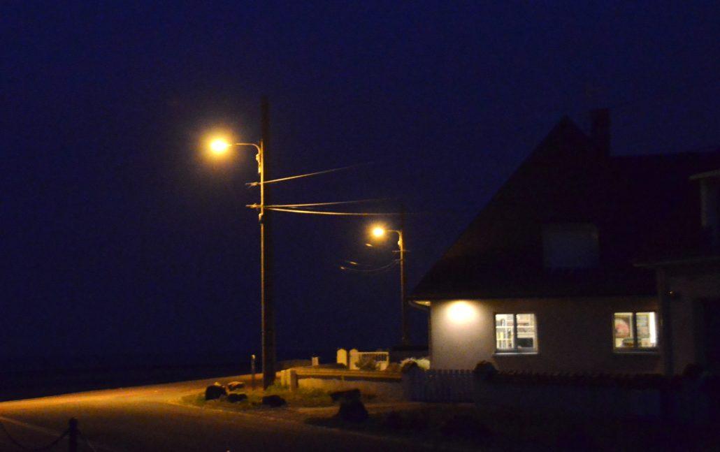 Voyage du soir sur la digue du bord de mer