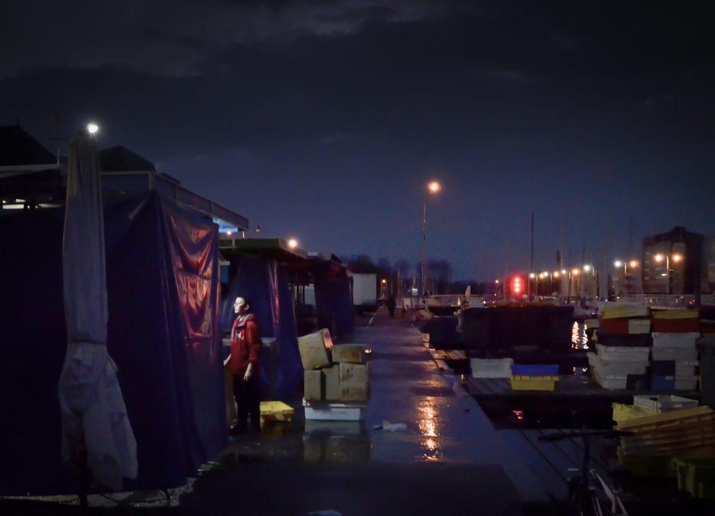 C' est beau un port le soir