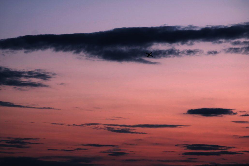 L'avion dans le soleil couchant