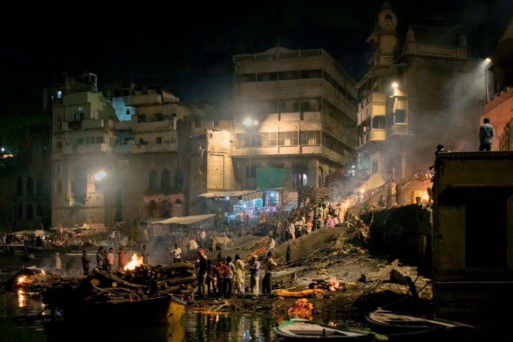 Crémation sur les bord du Gange à Bénarès