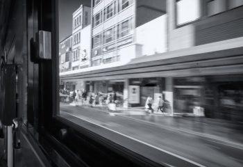 A travers les vitres du bus
