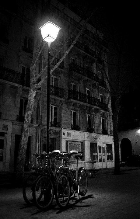26/02, 5h52, St Sulpice, 3 vélib et 1 lampadaire