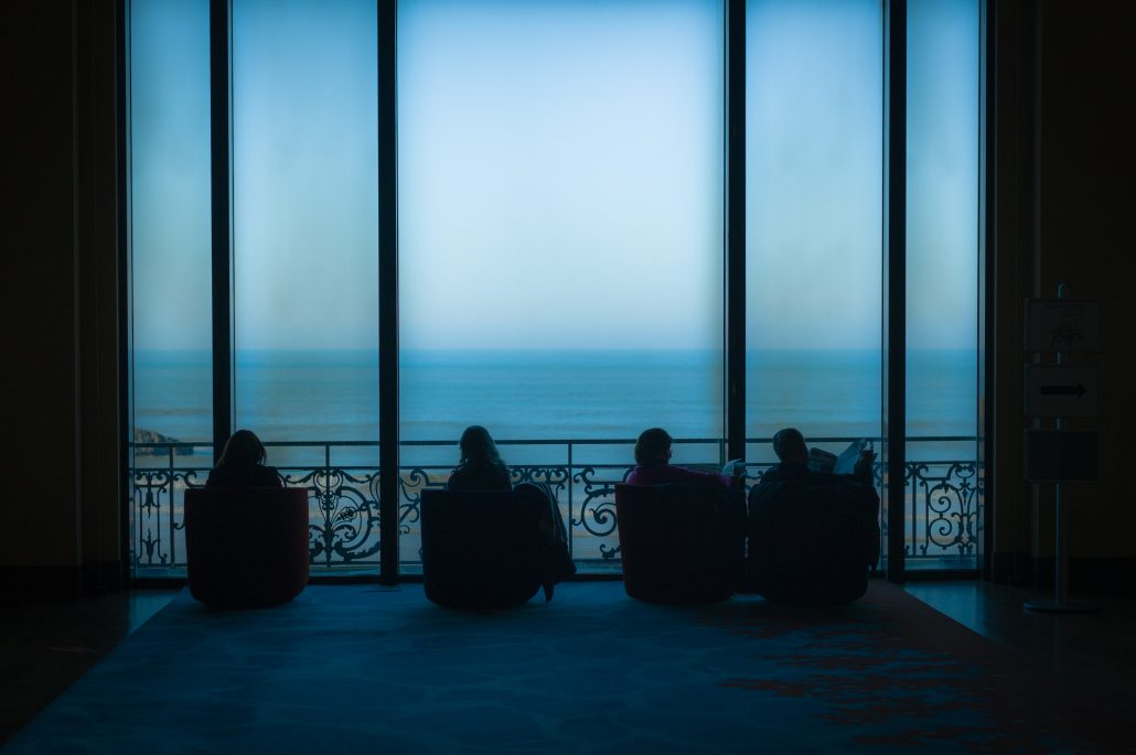 readers and ocean – biarritz – décembre 2013